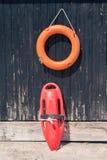 Lifebuoy和救生员抢救能设备反对木t 免版税库存图片