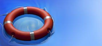 Lifebuoy圆环水背景 免版税库存图片