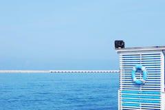 Lifebuoy在抢救塔垂悬在海滩 免版税图库摄影