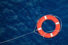 Lifebuoy在风雨如磐的蓝色海,在小船的安全设备 库存照片