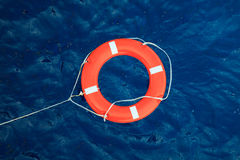 Lifebuoy在风雨如磐的蓝色海,在小船的安全设备 免版税库存照片