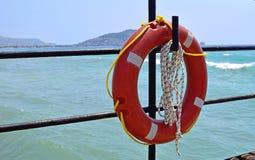Lifebuoy垂悬上勾 免版税库存照片