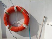 Lifebuoy或垂悬在小船的救生衣 库存照片