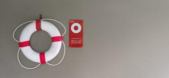 Lifebuoy或游泳管在墙壁上在游泳场安全的 库存图片