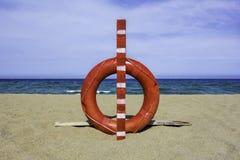 lifebuoy的海滩 免版税库存图片