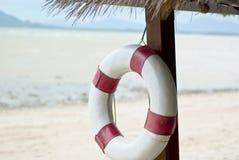 lifebuoy的海滩 免版税图库摄影