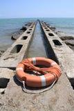 lifebuoy蓝色海和天空的天际 免版税库存图片