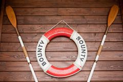 Lifebuoy και κουπιά στοκ φωτογραφία με δικαίωμα ελεύθερης χρήσης