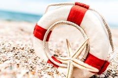 Lifebuoy με τον αστερία στην εν πλω ακτή παραλιών Στοκ Εικόνες