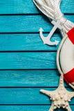 Lifebuoy με το θαλασσινό κοχύλι και άγκυρα μπλε σε ξύλινο Στοκ φωτογραφία με δικαίωμα ελεύθερης χρήσης