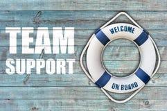 Lifebuoy στην ξύλινη υποστήριξη πατωμάτων και ομάδων Στοκ Φωτογραφίες