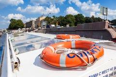 Lifebuoy στη βάρκα εξόρμησης στη θερινή ηλιόλουστη ημέρα Στοκ Εικόνες