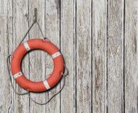 Lifebuoy στο παλαιό ξύλινο άσπρο υπόβαθρο Στοκ Φωτογραφίες