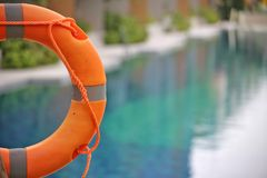 Lifebuoy, συντηρητικό ζωής, δαχτυλίδι ζωής, ένωση ζωνών ζωής στη δημόσια πισίνα στο υπόβαθρο θαμπάδων Για να παρουσιάσει έννοια τ στοκ φωτογραφία