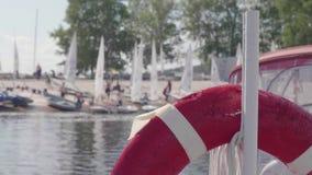 Lifebuoy в фокусе и нерезкости яхт на береге позади акции видеоматериалы