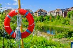 Lifebuoy на предпосылке роскошных домов Стоковые Изображения
