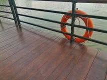 Lifebuoy, оборудование для обеспечения безопасности, на пристани Стоковые Фотографии RF