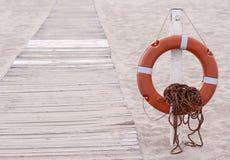 Lifebuoy рядом с променадом на пляже стоковое фото