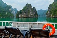 lifebuoy Descubra destinos superiores Vietname da ba?a de Halong Da naviga??o de madeira da sucata do cruzeiro ilhas rochosas as  foto de stock royalty free