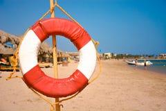 Lifebuoy en la playa arenosa Fotos de archivo libres de regalías