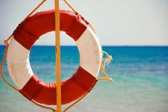 Lifebuoy en la playa arenosa Imagenes de archivo