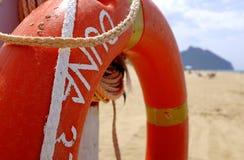 Lifebuoy na słupie na plażowej stronie dla zrzuconego osoba w wodzie ratować buoyancy, zapewniać lub zapobiegać tonąć - Li obraz stock