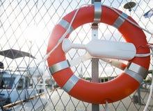 Lifebuoy nad cumować łodziami na molu Obraz Stock