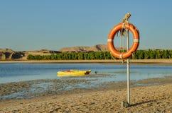Lifebuoy obwieszenie na słupie zdjęcie royalty free