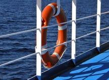 Lifebuoy och hav Arkivbild
