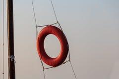 lifebuoy Para los salvadores Rojo Foto horizontal El círculo cuelga en las cuerdas Fotografía de archivo libre de regalías
