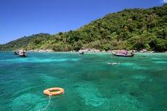 Lifebuoy podróżnicy i pierścionek cieszymy się snorkeling w jasnej wodzie Fotografia Stock