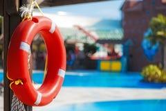 Lifebuoy que pendura em um feixe de madeira Imagem de Stock