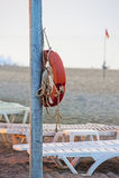 Lifebuoy que pendura em um pólo Foto de Stock Royalty Free