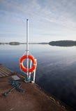 Lifebuoy rojo brillante en el embarcadero Fotografía de archivo