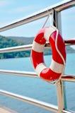 Lifebuoy rojo delante del mar azul Foto de archivo libre de regalías