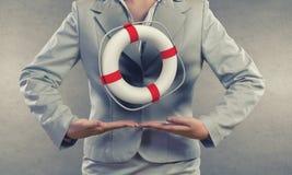 Lifebuoy rouge avec l'être humain d'isolement sur le fond blanc Photos libres de droits