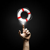 Lifebuoy rouge avec l'être humain d'isolement sur le fond blanc Photographie stock
