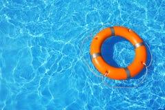 Lifebuoy unosi się w pływackim basenie na słonecznym dniu zdjęcie royalty free