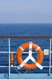 Lifebuoy vermelho - mar azul Fotos de Stock Royalty Free