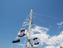 Lifebuoys в спичке против голубого неба Стоковое Изображение