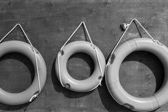 Lifebuoys на деревянной доске monochrome тона Стоковая Фотография