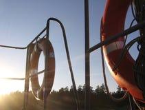 2 lifebuoys на корабле между сияющим солнцем стоковое фото rf