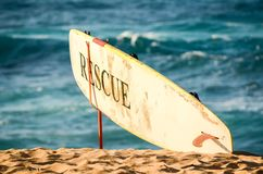 Lifeguard's-Rettungssurfbrett auf Sonnenuntergang-Strand, Hawaii stockbild