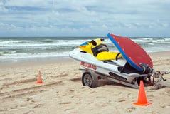 Lifeguard Jetboat na praia do oceano Fotos de Stock Royalty Free
