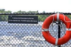 Lifesaver σε έναν φράκτη με το αναμνηστικό κείμενο σημαδιών Στοκ Εικόνες