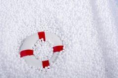 lifesaver στις άσπρες σφαίρες αφρού πολυστυρολίου Στοκ Εικόνες