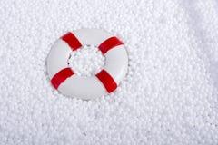 lifesaver στις άσπρες σφαίρες αφρού πολυστυρολίου Στοκ φωτογραφίες με δικαίωμα ελεύθερης χρήσης