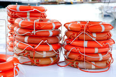 Lifesaver redondo das bóias empilhado para a segurança do barco Imagens de Stock Royalty Free