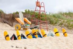 Lifesaverstoel en materiaal op het strand Stock Foto's