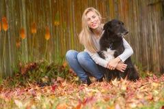 Lifestile plenerowy portret młoda piękna kobieta na naturalnym b Zdjęcie Stock